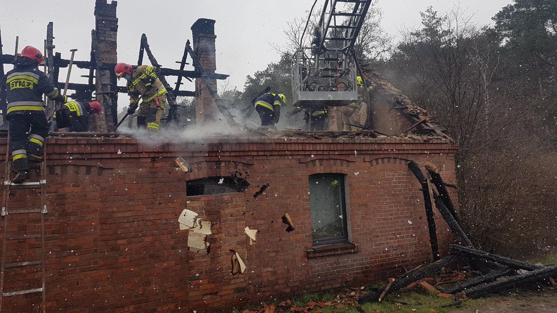 Groźny pożar w domu niedaleko Mosiny. Mieszkańcy sami uciekli. A co ze zwierzakami? - Zdjęcie główne