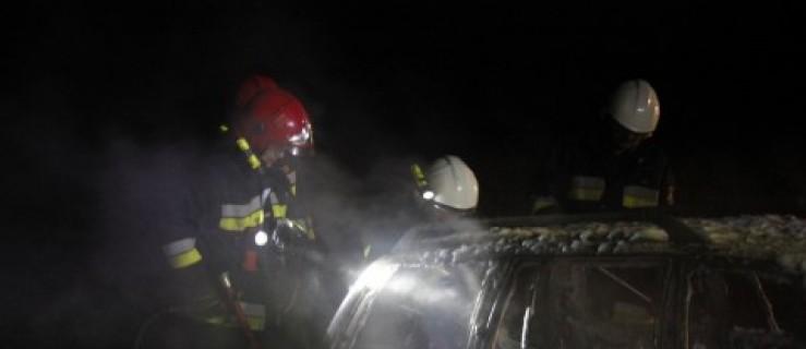 Samochód spłonął na polu. Policja szuka kierowcy - Zdjęcie główne