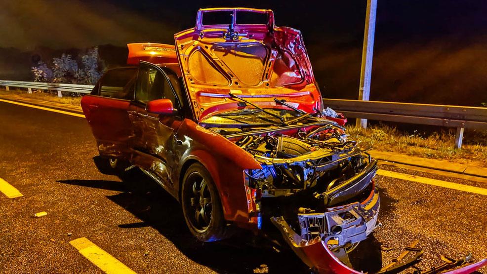 Masakrycznie zniszczone samochody, jedna osoba w szpitalu. Dwa auta zderzyły się na obwodnicy Śremu - Zdjęcie główne