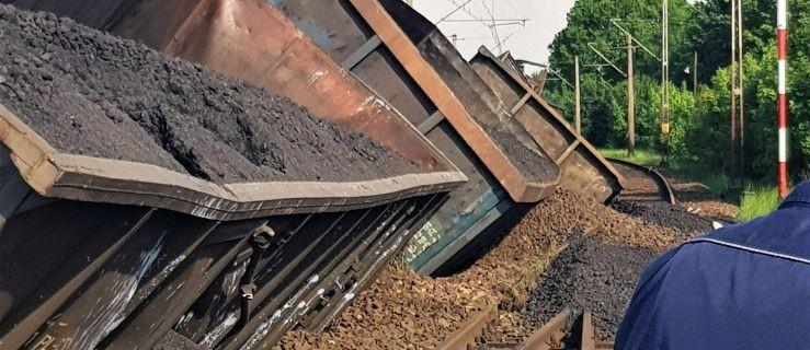 Węgiel na torach. Wykoleiło się 12 wagonów pociągu  - Zdjęcie główne