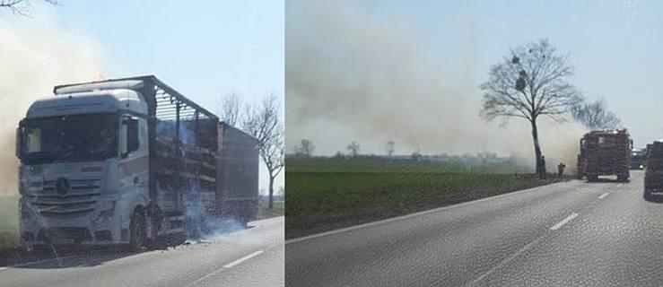 Ciężarówka wypełniona papierem zapaliła się na drodze krajowej DK11  - Zdjęcie główne