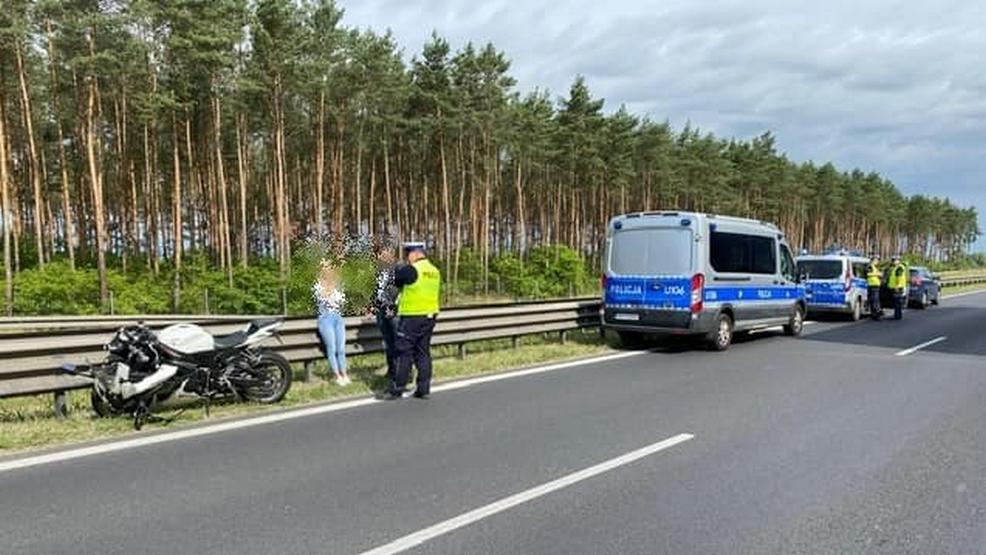 Motocyklista pomknął za radiowozem korytarzem życia. Nie spodziewał się, że policjant zahamuje - Zdjęcie główne