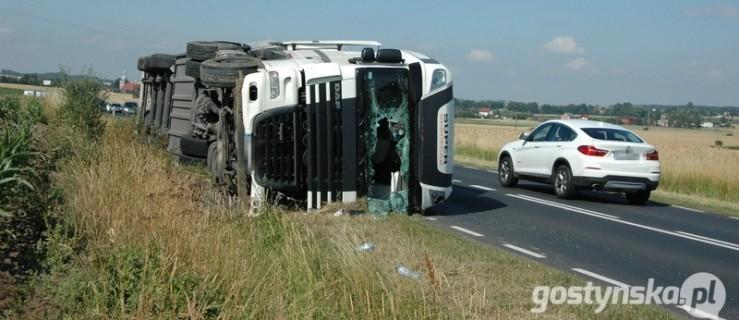 Kierowca jechał za szybko. Wywrócił ciężarowkę. Droga wojewódzka zablokowana - Zdjęcie główne