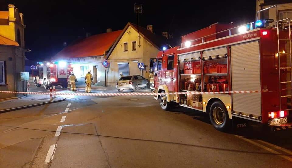 Pijany i bez prawa jazdy kierowca wjechał w budynek [FOTO] - Zdjęcie główne