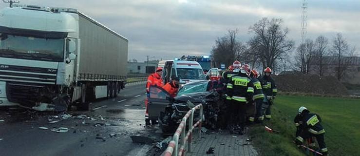 Poważne zderzenie z ciężarówką na drodze wojewódzkiej. Auto w kawałkach. Kierowca uwięziony  - Zdjęcie główne