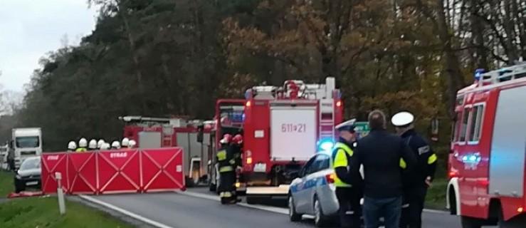 Zderzenie pięciu aut. Ofiara śmiertelna i dwie osoby ranne - Zdjęcie główne