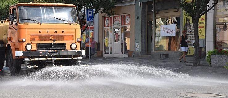 Polewaczki wyjechały na ulice miasta. Dobry sposób na ochłodę?  - Zdjęcie główne