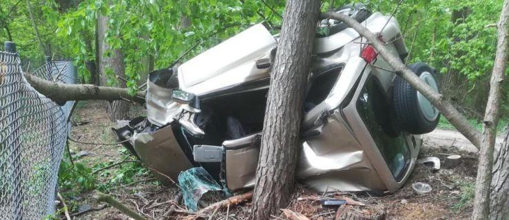 Tragiczne dachowanie samochodu. Nie żyje jedna osoba - Zdjęcie główne