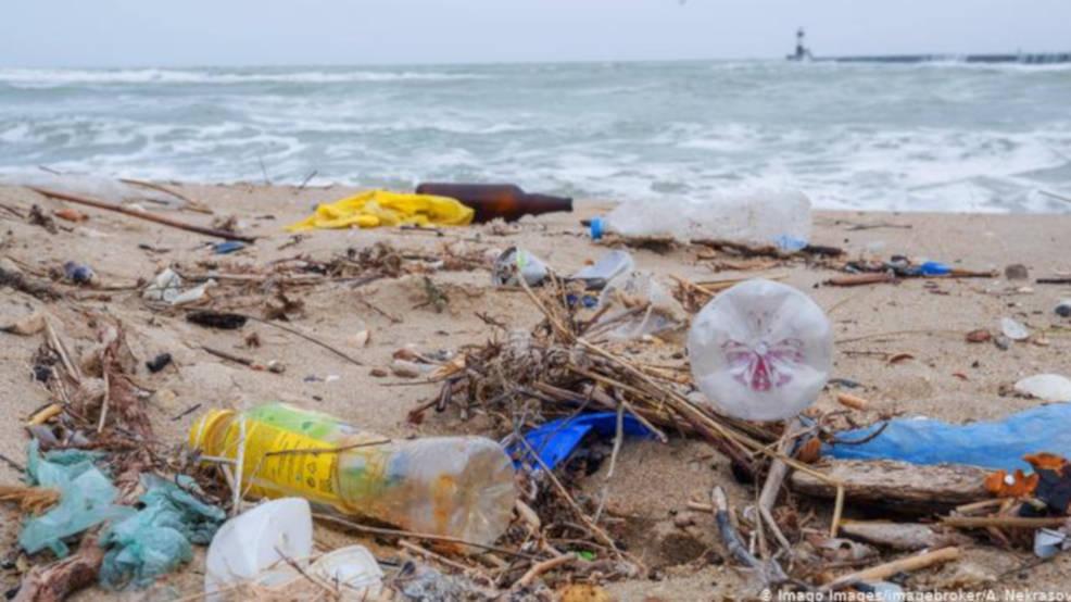 Zmiany w przepisach. Plastikowych opakowań, słomek i patyczków nie powinno już być w sprzedaży - Zdjęcie główne