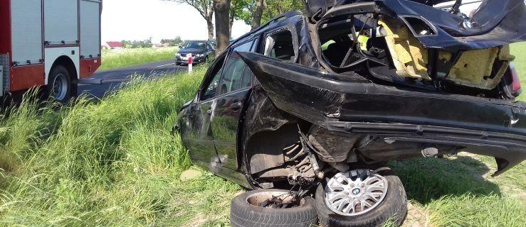 BMW uderzyło w drzewo. 71-latek zginął na miejscu  - Zdjęcie główne