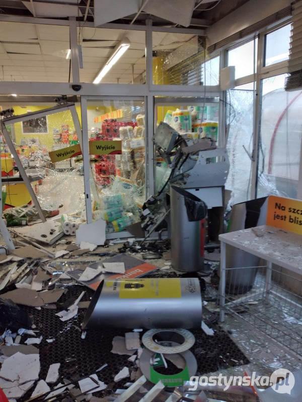 Nocna eksplozja w Biedronce. Złodzieje zniszczyli bankomat. Co ukradli? - Zdjęcie główne
