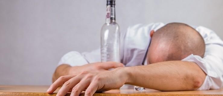 Pił alkohol podczas wyprzedzania radiowozu z nadmierną prędkością    - Zdjęcie główne