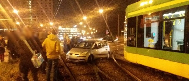 Pasażerowie tramwaju sami usunęli auto tarasujące torowisko [WIDEO] - Zdjęcie główne