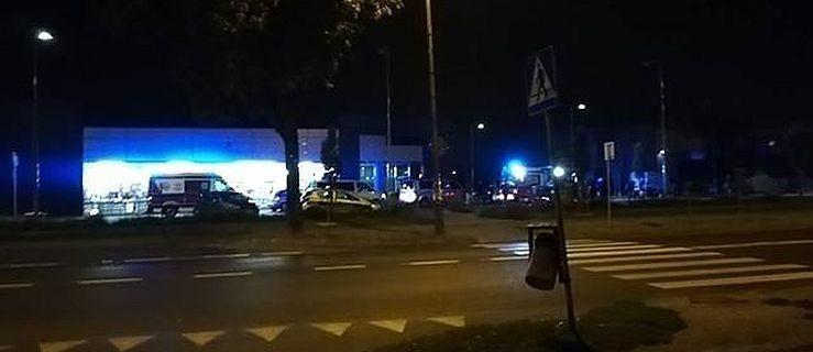 Agresor napadł z nożem i młotem na popularny market. Padły strzały - Zdjęcie główne