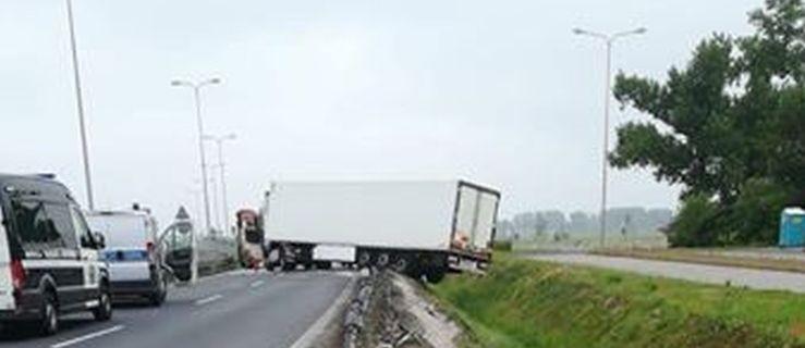 Ciągnik uderzył w barierki. Kierowca najprawdopodobniej zasnął - Zdjęcie główne
