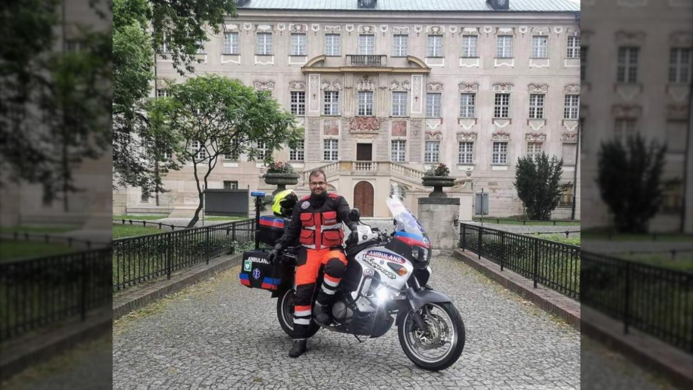 Ratownik w policyjnym mundurze jeździ... motoambulansem i pomaga  - Zdjęcie główne