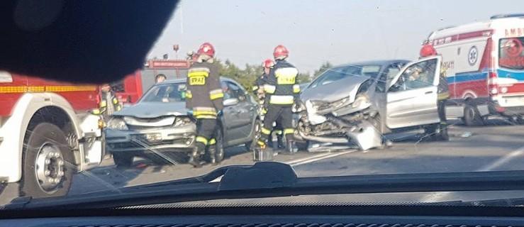 Po wypadku ruch skierowano przez stację benzynową - Zdjęcie główne