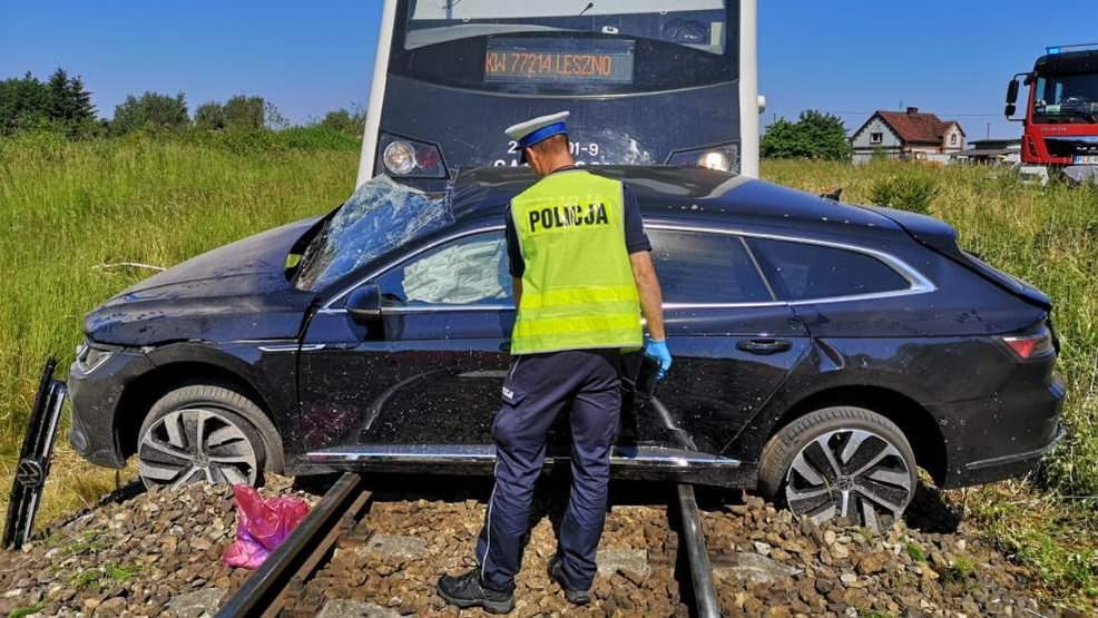 Śmiertelny wypadek na torach. Samochód osobowy wjechał prosto pod pociąg. Nie żyje jedna osoba  - Zdjęcie główne