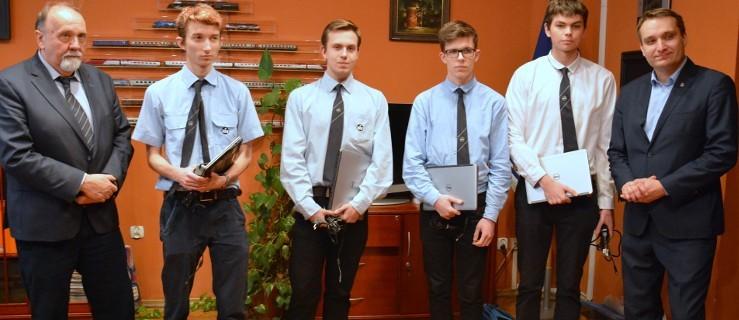 Urząd kupił laptopy uczniom, którzy stracili sprzęt po zawaleniu sufitu w szkole - Zdjęcie główne