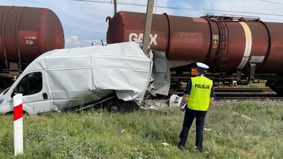 Pociąg towarowy zderzył się z samochodem dostawczym. Kierowca zignorował znaki  - Zdjęcie główne