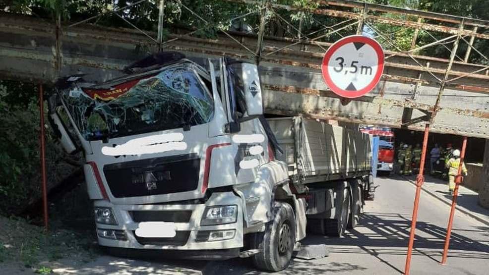 Kierowca ciężarówki nie zmieścił się pod konstrukcją. Zawalił się wiadukt - Zdjęcie główne