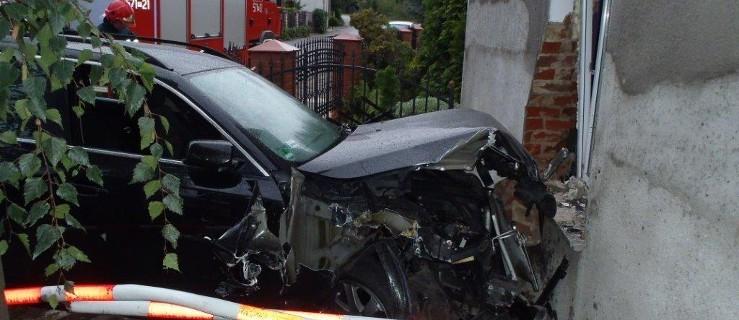 Dziewiętnastolatek wjechał BMW w dom - Zdjęcie główne