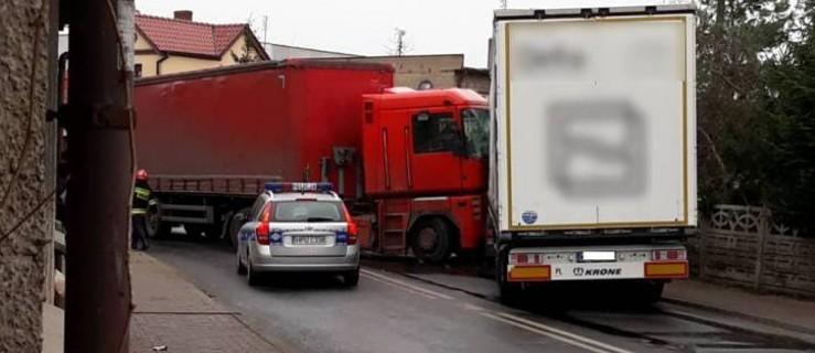 Czołówka dwóch ciężarówek zablokowała drogę - Zdjęcie główne