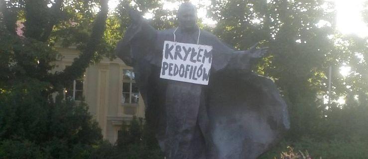 """""""Kryłem pedofilów"""" - taki napis widniał na pomniku Jana Pawła II - Zdjęcie główne"""