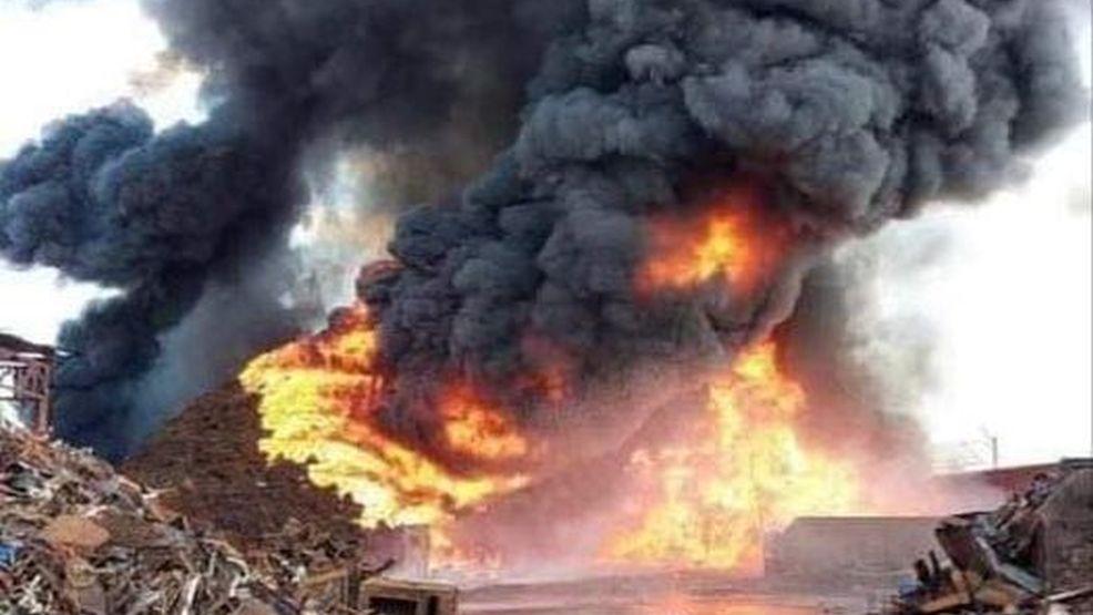 Pożar składowiska odpadów w Przysiece Polskiej. Ogień sięgał na wysokość dziesięciu metrów - Zdjęcie główne