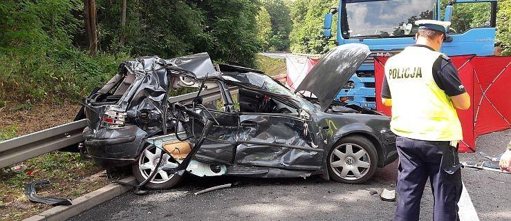 Śmiertelny wypadek na trasie Dębe - Chodzież. Nie żyje kierowca osobówki   - Zdjęcie główne