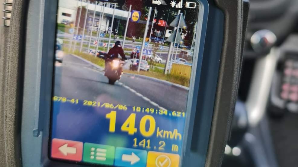 Motocyklista bez uprawnień uciekał przed policją. Jechał 140 km/h - Zdjęcie główne