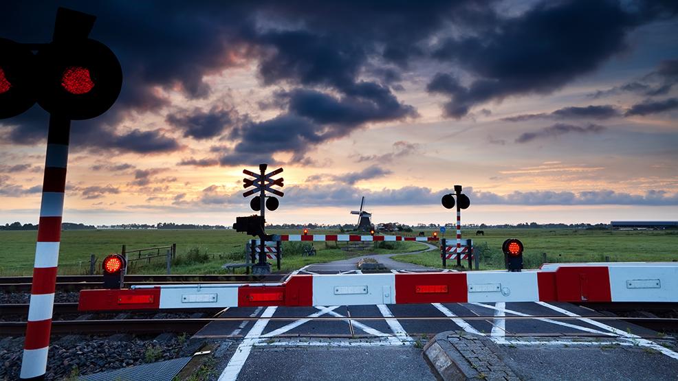 Trzy pojazdy utknęły na przejeździe kolejowym. Co robić? Bezzwłocznie staranować rogatki - Zdjęcie główne